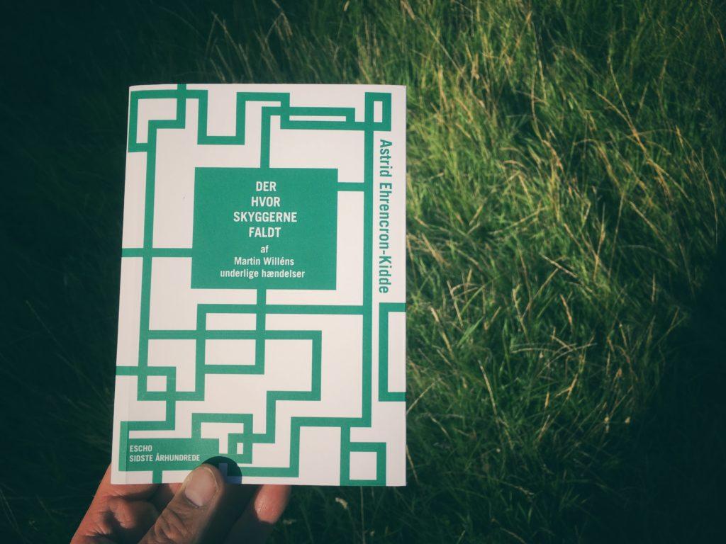 """Sådan ser omslaget til """"Der hvor skyggerne faldt"""" af Astrid Ehrencron-Kidde bogen ud. det er kreeret af Caroline Enghoff Mogensen"""
